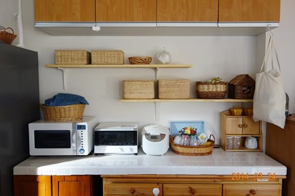 キッチンに棚をDIY&無印のカゴで収納